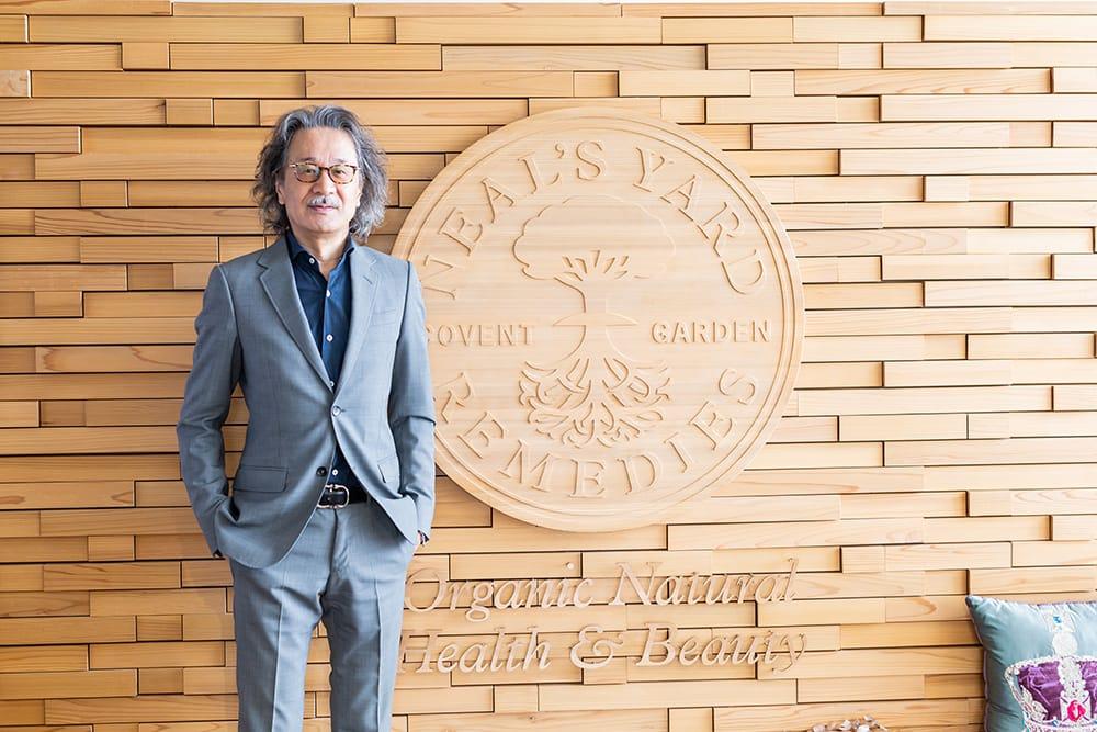 梶原健二 Kenji Kajiwara ニールズヤード レメディーズ代表取締役 バンフォード代表取締役 1956年生まれ。大学卒業後、上場企業、輸入家具メーカーを経て24歳で生活雑貨を輸入する会社を起業。1985年にニールズヤード レメディーズを日本で販売開始。1994年からバンフォードの日本販売を開始。2014年、NYRの本店として東京・表参道にショップ、カフェ、スクール、サロンからなるビューティの発信地「ニールズヤード グリーンスクエア」を完成させた。
