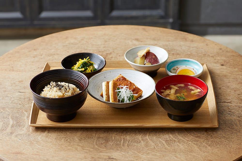 BROWN RICEの代表的なメニュー、「一汁三菜」膳。味噌など調味料も手作りのものが多く、食材は安全で確かなものを使っている。世界のヴィーガンセレブリティが密かに通うレストランでもある。