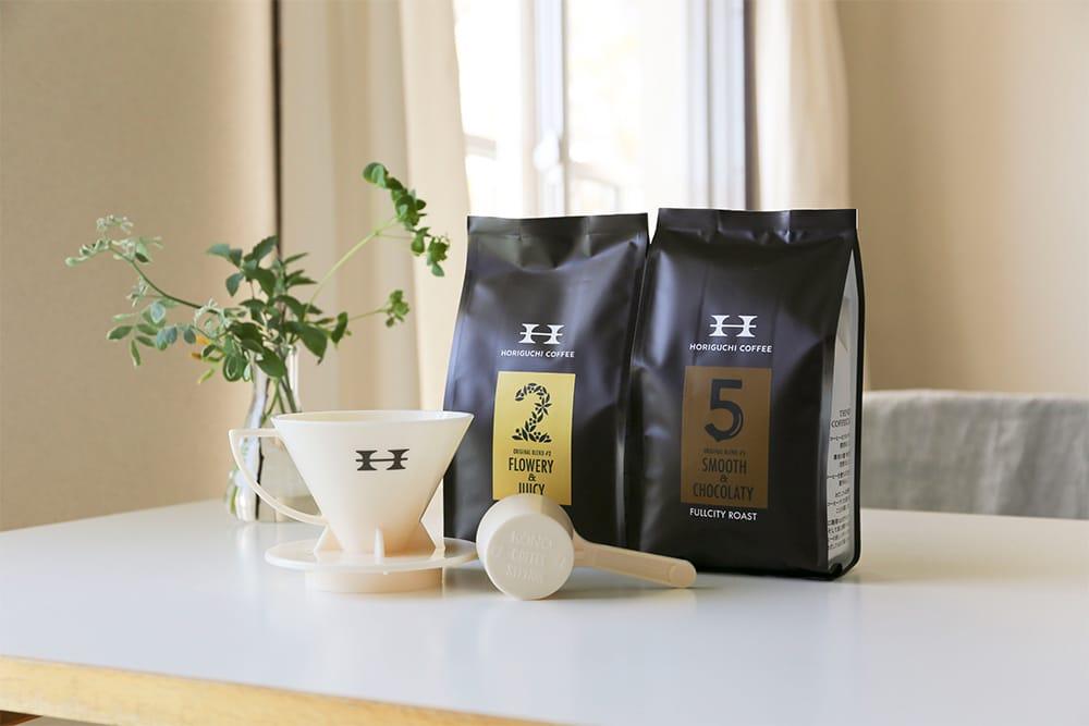 2種類のコーヒーとドリッパーをセットにした「おうちでコーヒー抽出セット」(3,240円 税込)は、コンパクト手挽きミル付きのセット(5,170円 税込)もあり。
