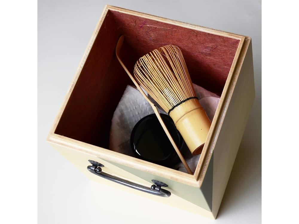 越前和紙で内貼りした木箱。見た目に美しいだけではなく、道具を傷から守ってくれる。
