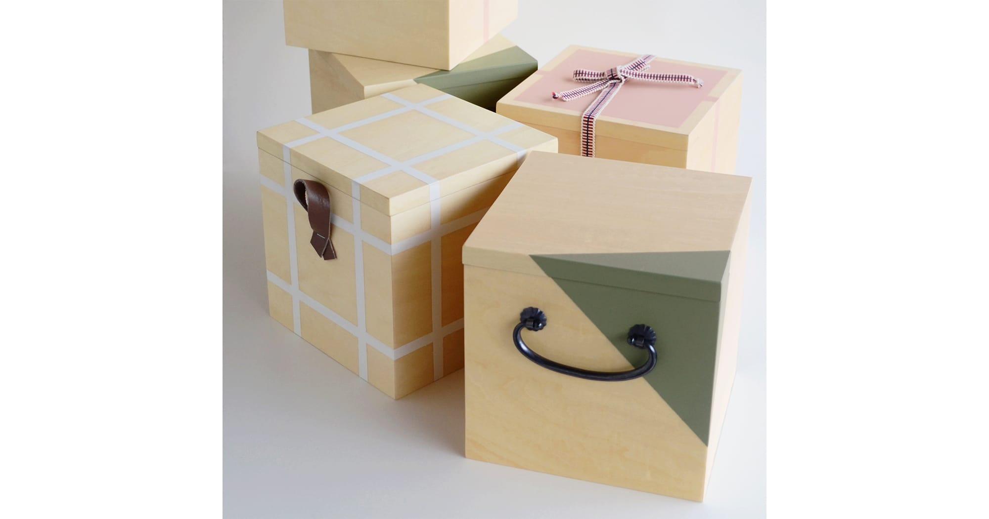 木箱の中に茶道具を収納した「Ippukubox」(イップクボックス)全3種類、13,000円(税抜)。
