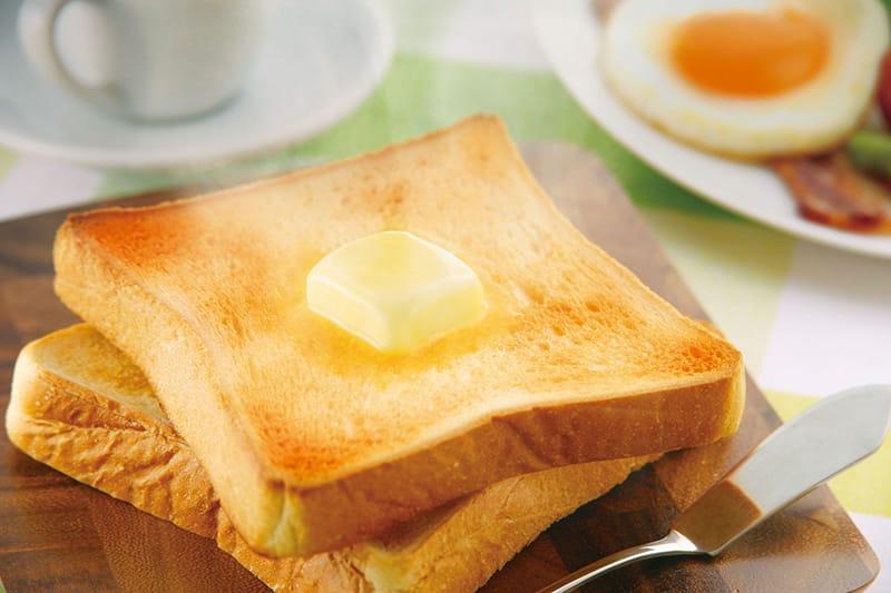 カリっと焼き上げたいトーストには、230℃の高温が最適。表面に素早く焼き色をつけて中はふんわりと焼き上がる。