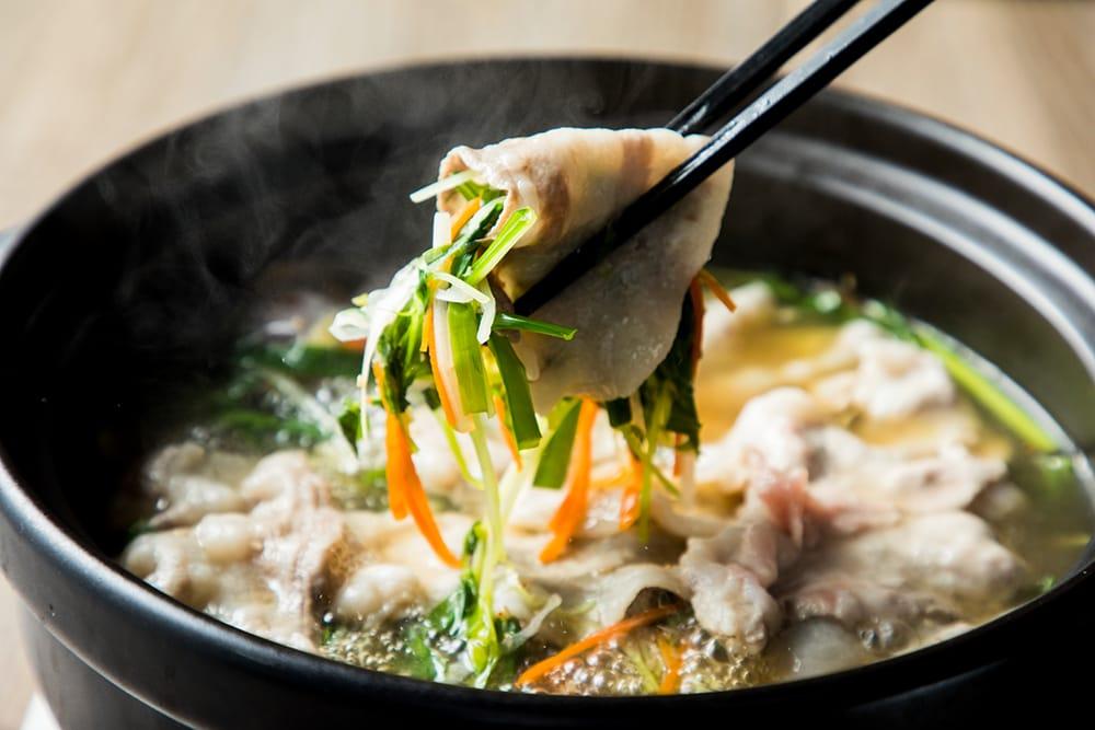 スープが絡んだジュリエンヌ野菜を漢方三元豚でたっぷり包んで。キノコや魚介類をプラスするのもおすすめ。