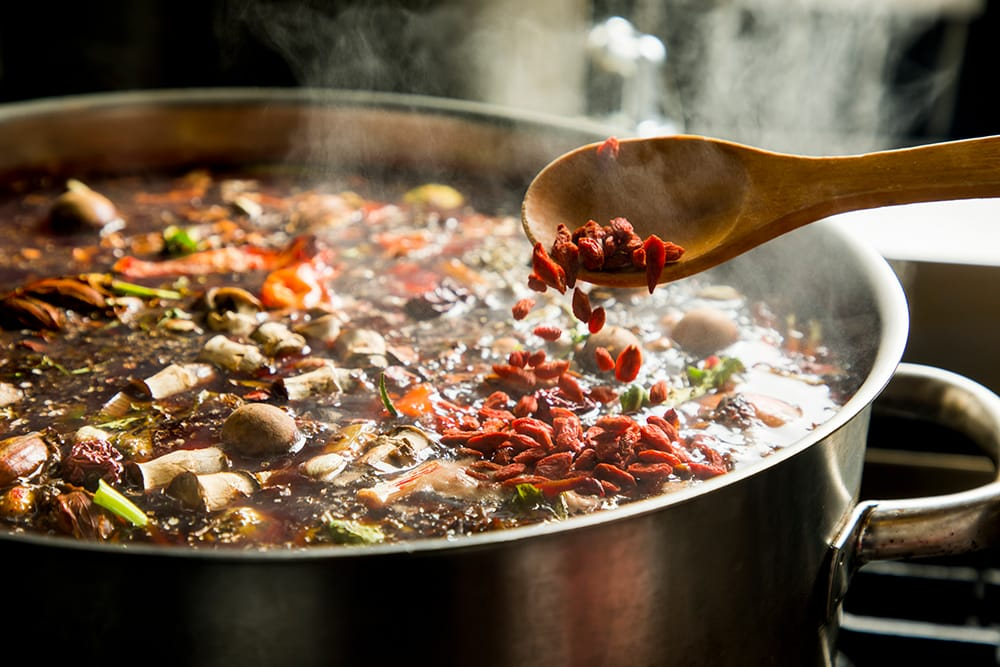 12種類以上の旬野菜から抽出したエキスに35種類以上の漢方やハーブなどを配合し、煮込んだスープが体にしみわたる。