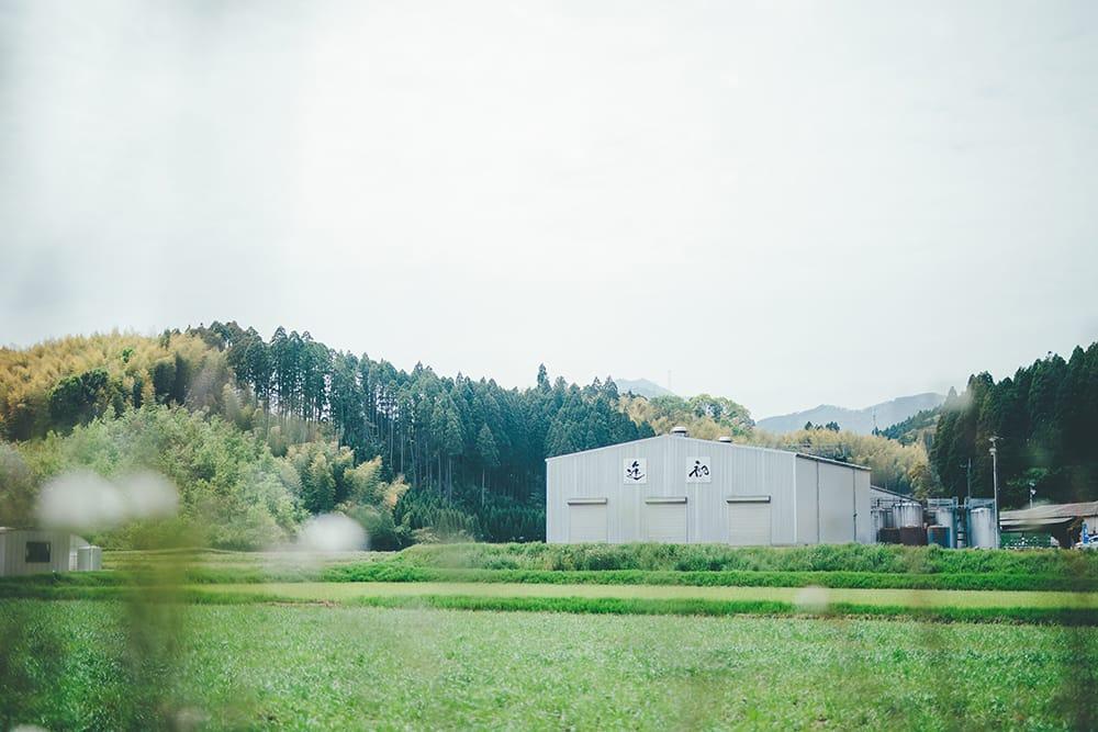 西都市西部にある焼酎工場。蔵から山へ車で5分走ると焼酎と相性がいいとされる水源「清水兼(きよみずがね)」がある。