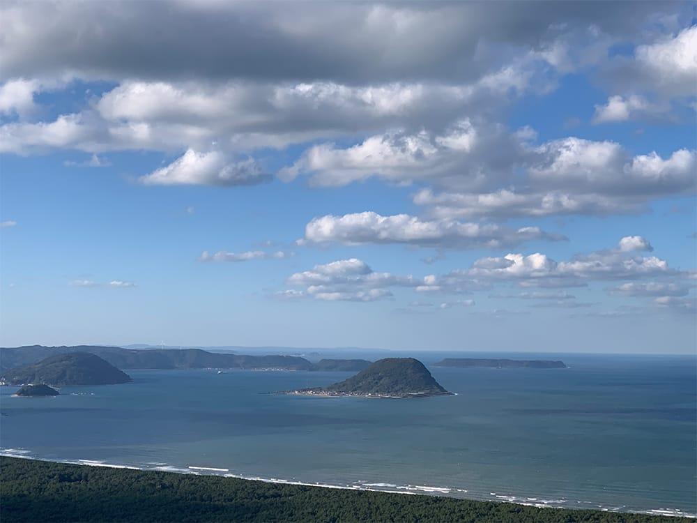 佐賀県唐津市の海。風況がよくサーフィンに向く波が立つ。自然電力として初めて風力発電所を完工した地域でもある。
