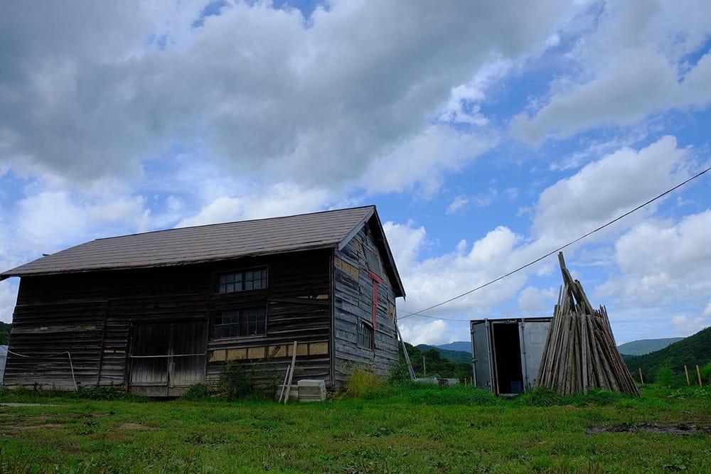 農園を作るために2016年に取得した余市郡仁木町の畑に建っていた木造の倉庫。約80年の風雪に耐えてきた味わいのある建物で、取り壊さずに使用している。