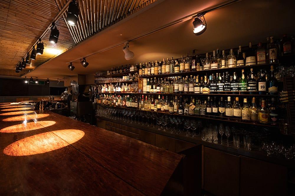この店で特筆すべきは、壁に並ぶボトルの数々。マニアなら喉から手が出るほど貴重なウイスキーやブランデー、スピリッツなどが並んでいる。もう手に入れることができない、価格の付けようのないコレクションは、若い時からオーナーが買い集めてきたもの。