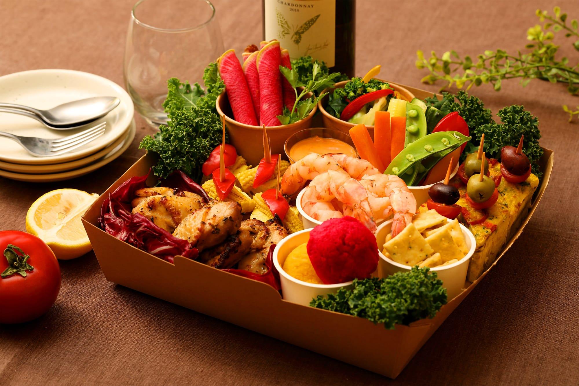 秋川牧園鶏のハーブローストや、ピンチョス、スティックサラダなど3〜4人分のお料理7品を盛り合わせた「シネマBioBox」。