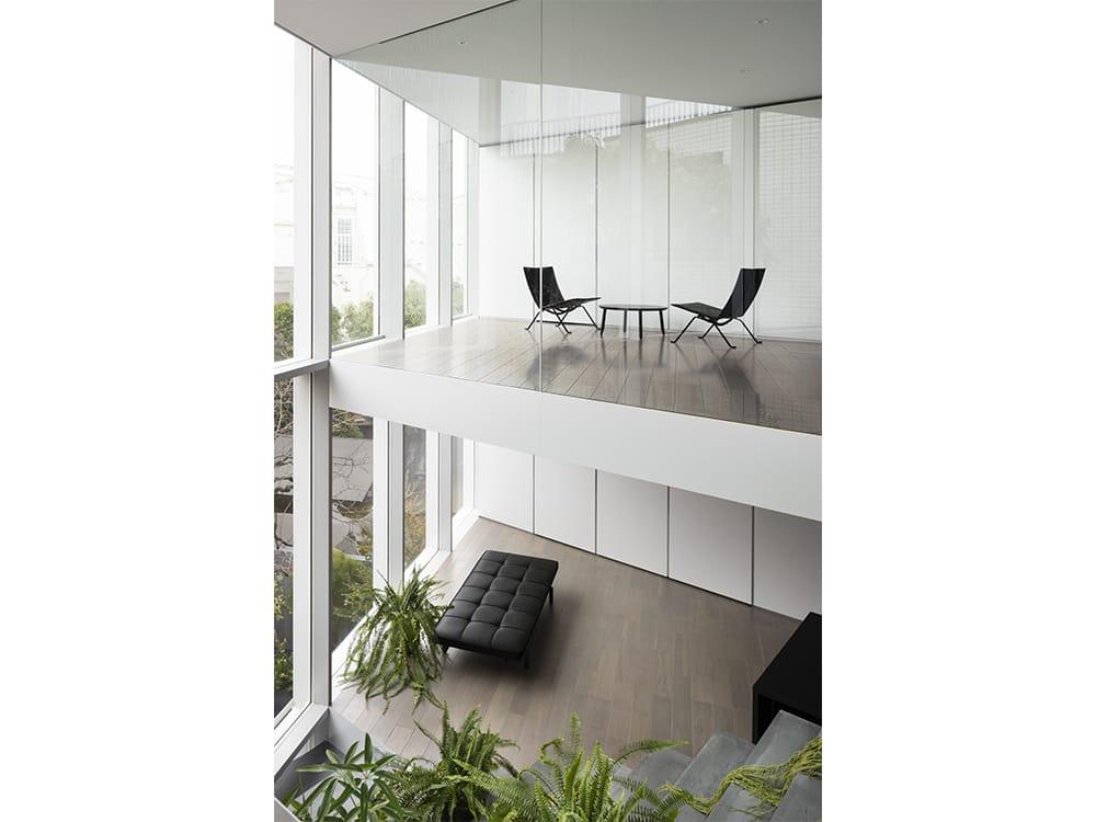 「階段の家」は二世帯住宅。それぞれの世帯が完全に分離されないような空間が生まれている。Photography by Takumi Ota