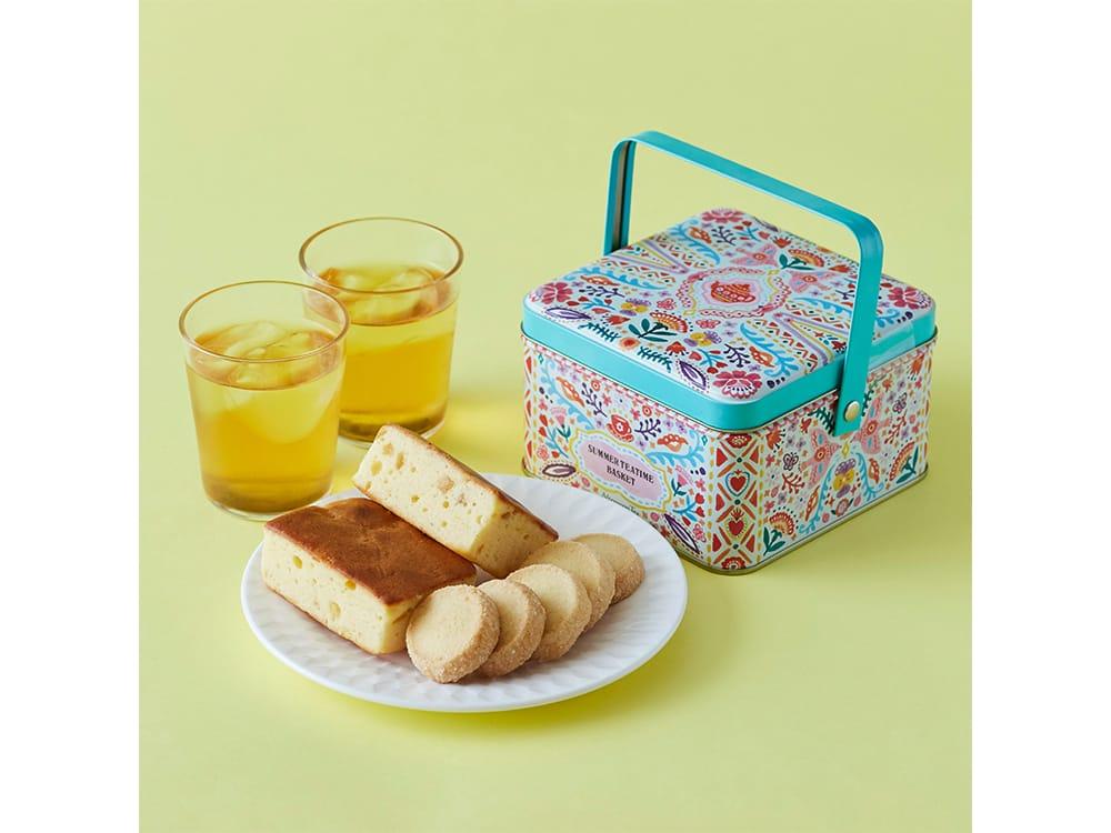 シャルドネダージリンのティーバッグとレモンチーズケーキなどをセットにした「サマーティータイムバスケット」2,200円(税込)は2020年6月25日より発売。