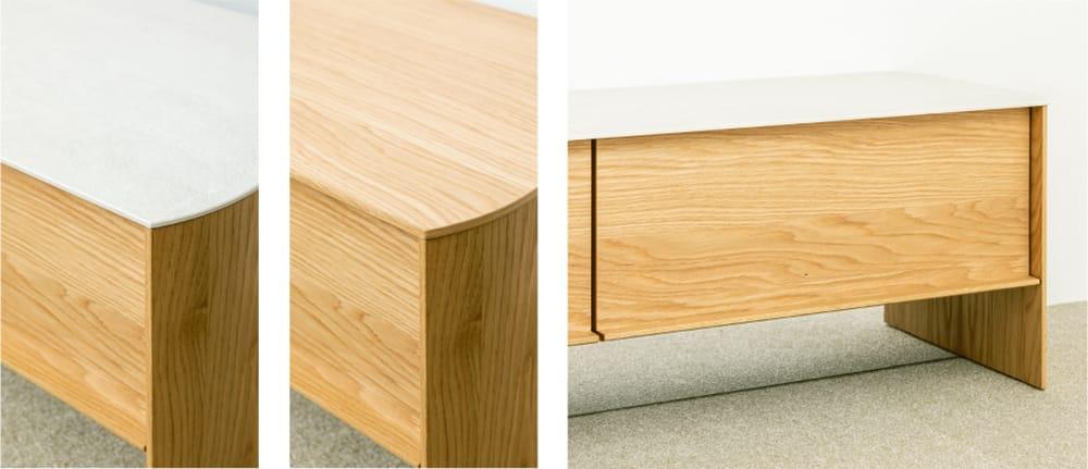 左:高い耐久性と汚れが付きづらい素材のセラミック天板は3色から選択可能。 中:力強い木目が生きた木質天板は、本体木質と同じ5色から選択可能。 右:ドロワーの下は床が映り込むミラー調のカバーが、コードを隠し脚下をすっきりとみせる。