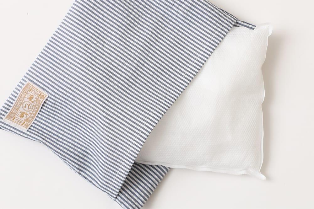 接触冷感で綿100パーセントの枕カバーで就寝時もすっきり。ひんやり塩まくら2,600円(税抜)。