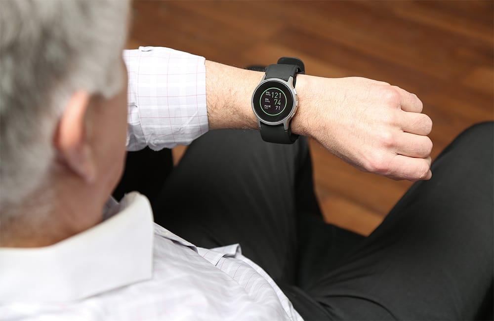 自宅や会社、出張先など、場所を選ばずどこでも血圧を計測できる。