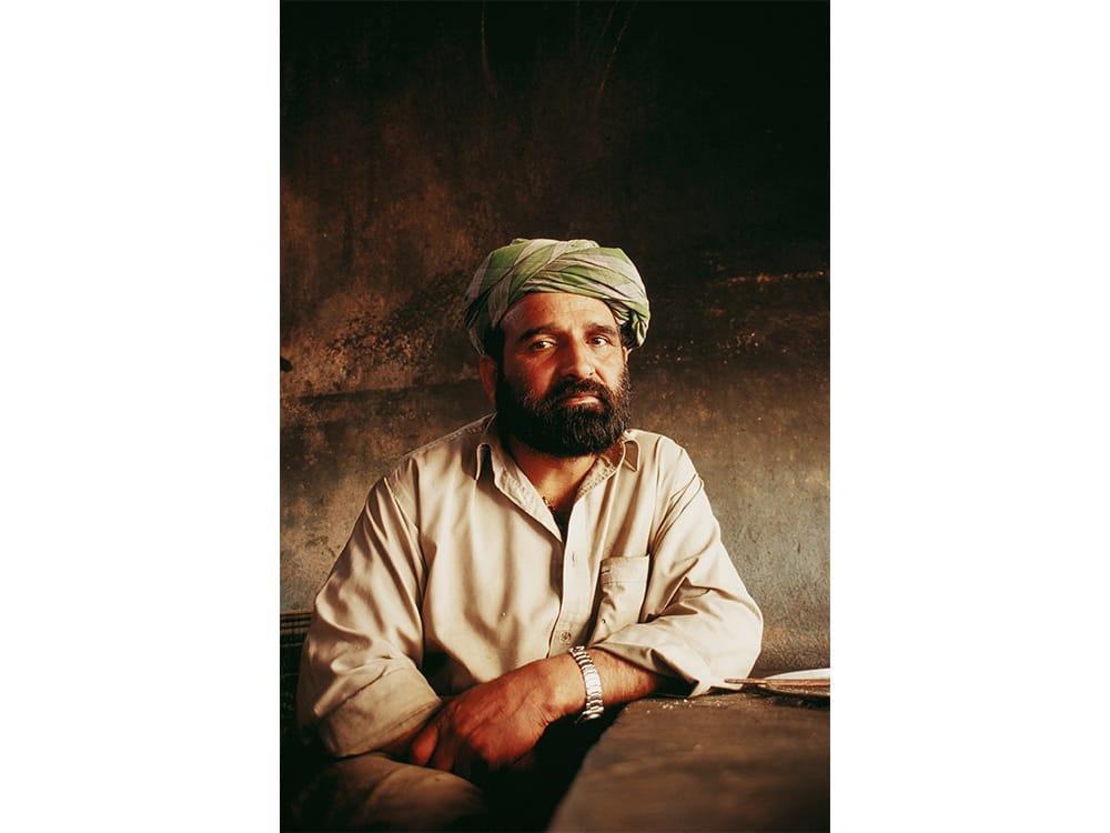 アフガニスタンの都市、ヘラートの料理人。油で曇った窓から柔らかい光が注いでいた。