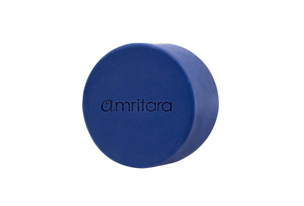 近年、美容原料として活用される藍を使用。豊かな泡だちと真正ラベンダーのやさしい香りに包まれる。「インディゴ バランシング ソープ」60g 2,500円(税別)