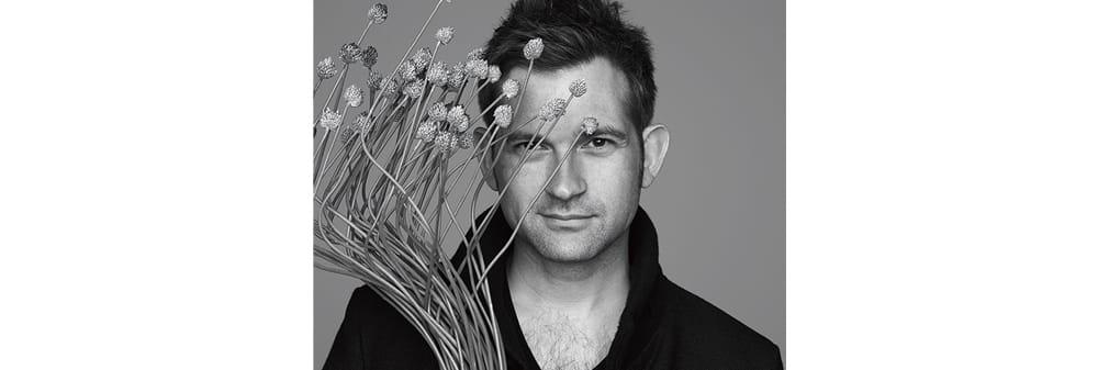 ニコライ・バーグマン デンマーク出身のフラワーアーティスト。スカンジナビアンスタイルのセンスと日本の感性を融合させた作品が人気だ。国内外に14店のフラワーブティックやカフェなどを展開。 開。今年は自身が考案したフラワーボックスの20周年を記念した展覧会を11月20日より六本木ヒルズで開催する。