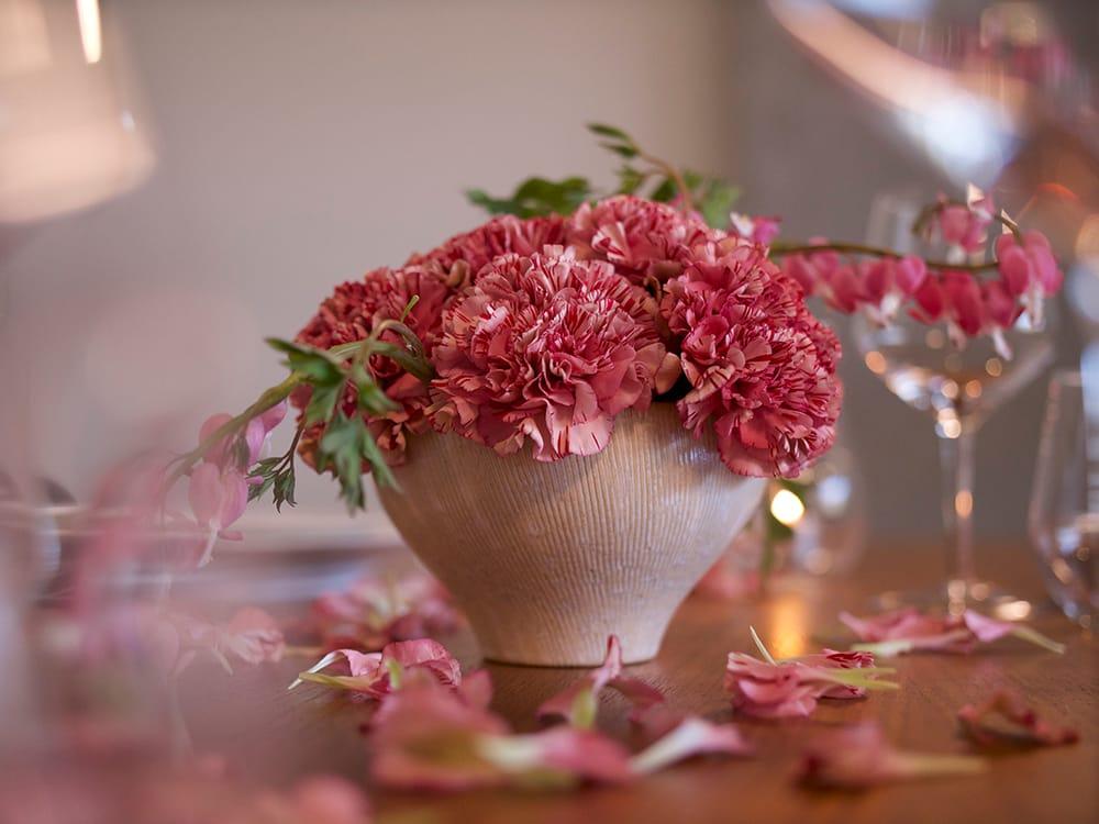 ニコライ バーグマン「ホームデコレーションキット」。華やかなカーネーションのバイパーワイン&季節の花材(5,500円 税込)。