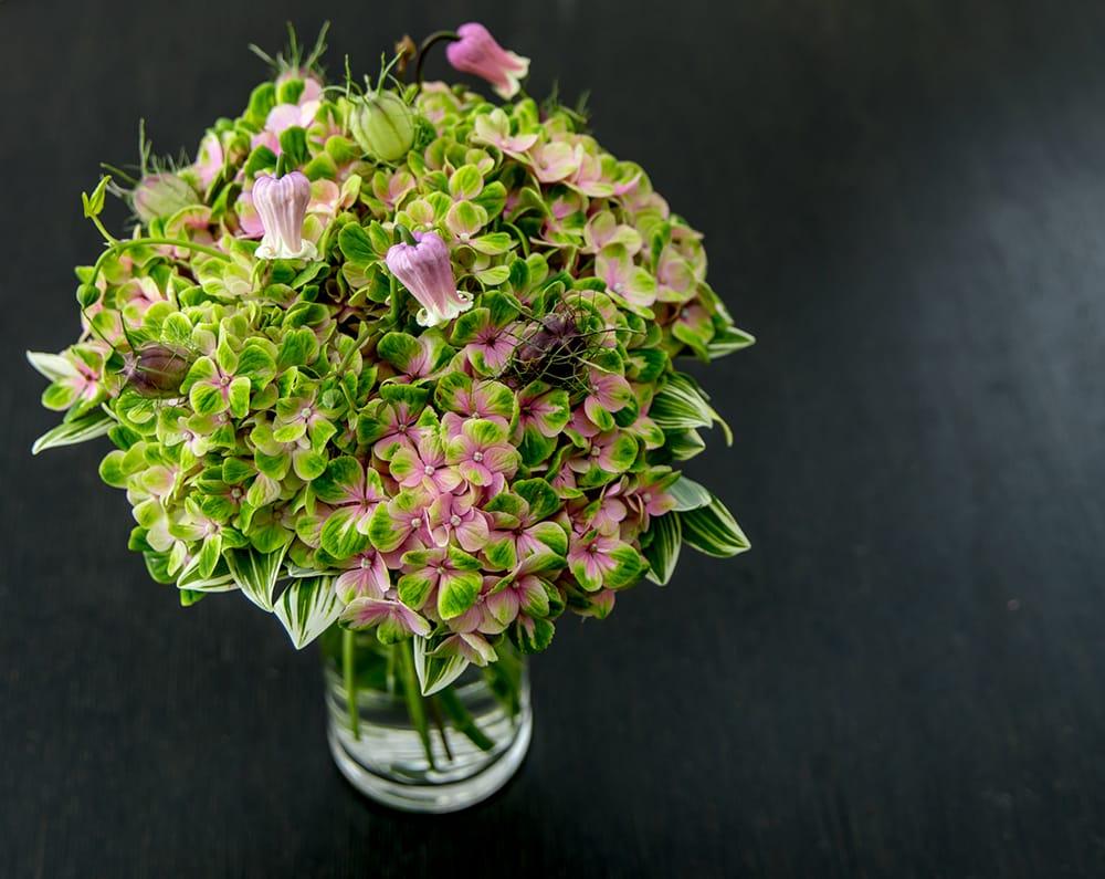 「花に水をあげたりすることでリフレッシュしますし、花がつぼみから枯れゆくまでの変化を見るのも楽しいはず」と語るニコライ・バーグマン。7月のホームデコレーションキットの花材はニュアンスのある美しいアジサイ。アジサイと季節の花材8,800円(税込)、ガラスの花器付き11,000円(税込)が用意されている。今後も様々な花や花器などを提案していく。