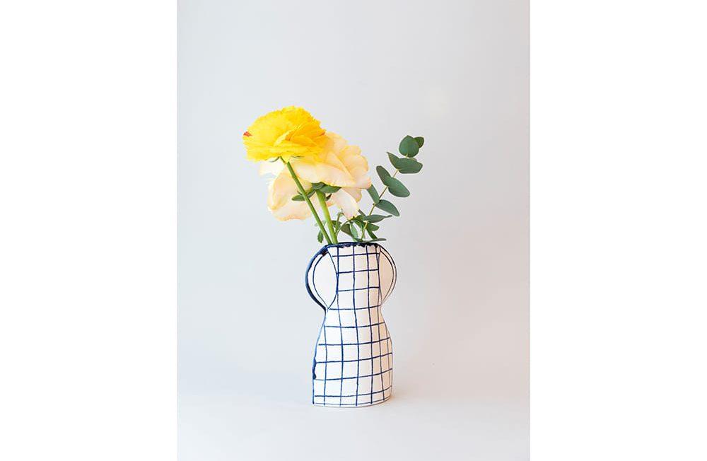 「チェックのかびん」(7,700円・税込)は、マリアンヌが少女時代から憧れるブリジット・バルドーをイメージしたチェック柄の作品。