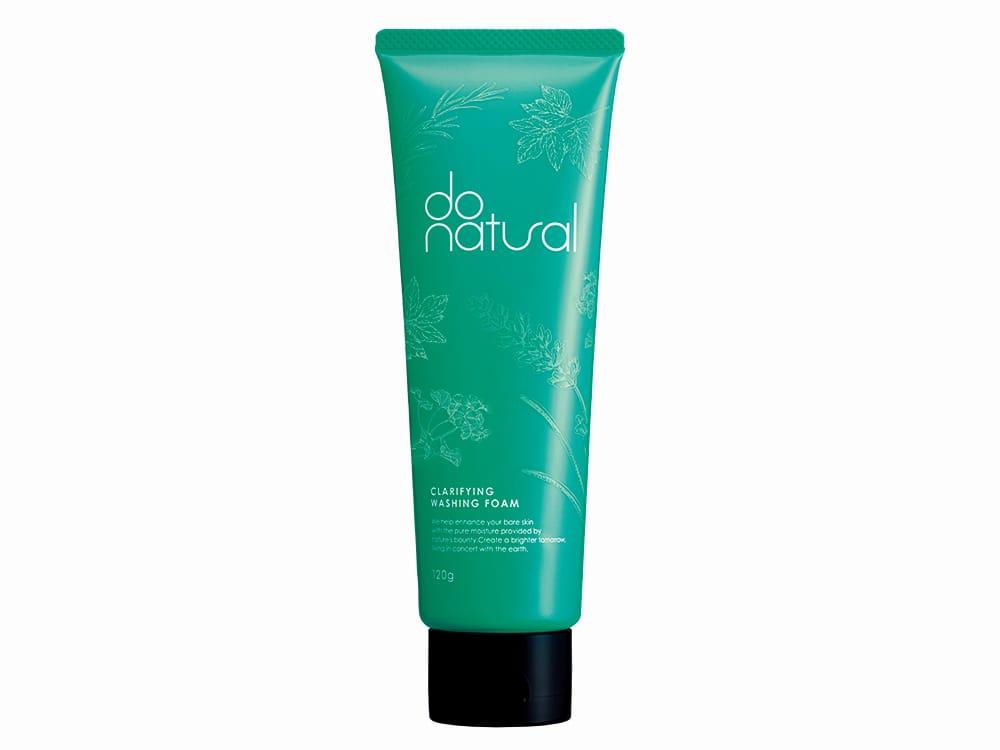 つっぱらないのに、肌のくすみやざらつきまでケアし、ゼラニウム、ローズマリー、ラベンダーの香りに心も和む。一日の始めと終わりにこそ、心地よい香りの洗顔フォームを使いたい。若々しいグリーンのパッケージがこのブランドのアイコン。「ドゥーナチュラル クラリファイング ウォッシング フォーム」120g 1,800円(税別)
