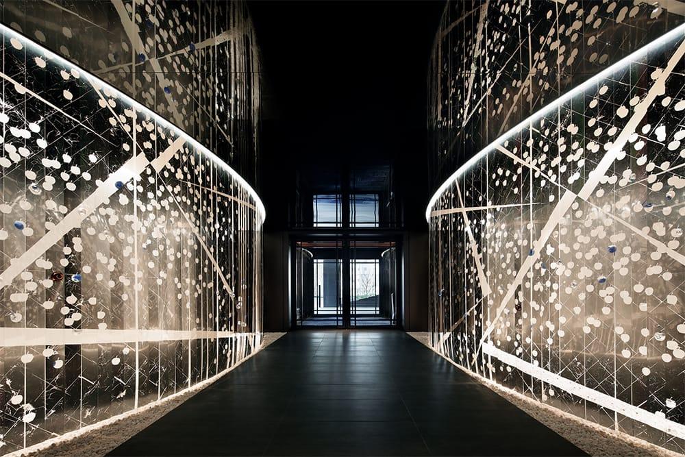 光にいざなわれていくような、印象的なエントランスホール。