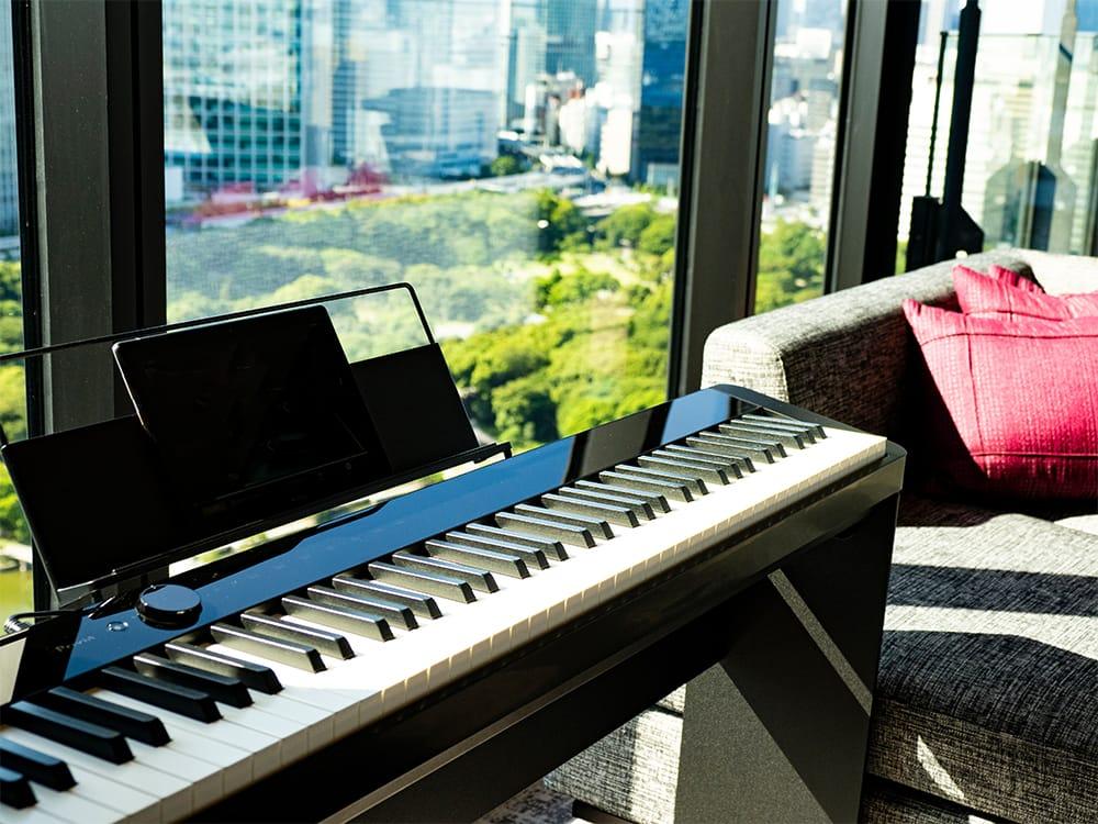 カシオのデジタルピアノPrivia PX-S1000BKを全客室に導入。グランドピアノのような鍵盤タッチを実現し、Bluetooth®スピーカーとしても使用可能。