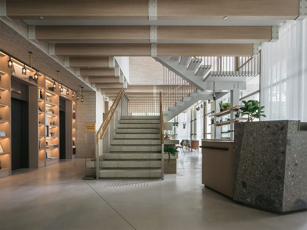 1階ロビーから2階にかけては、大きなガラス窓から明るい自然光を取り入れ、天井高7mの空間でゲストを迎える。