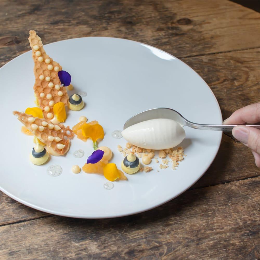アート作品を思わせる繊細な盛り付けのデザート。テクスチャーや香りなど、その瞬間にしか味わえない食体験を提供する。