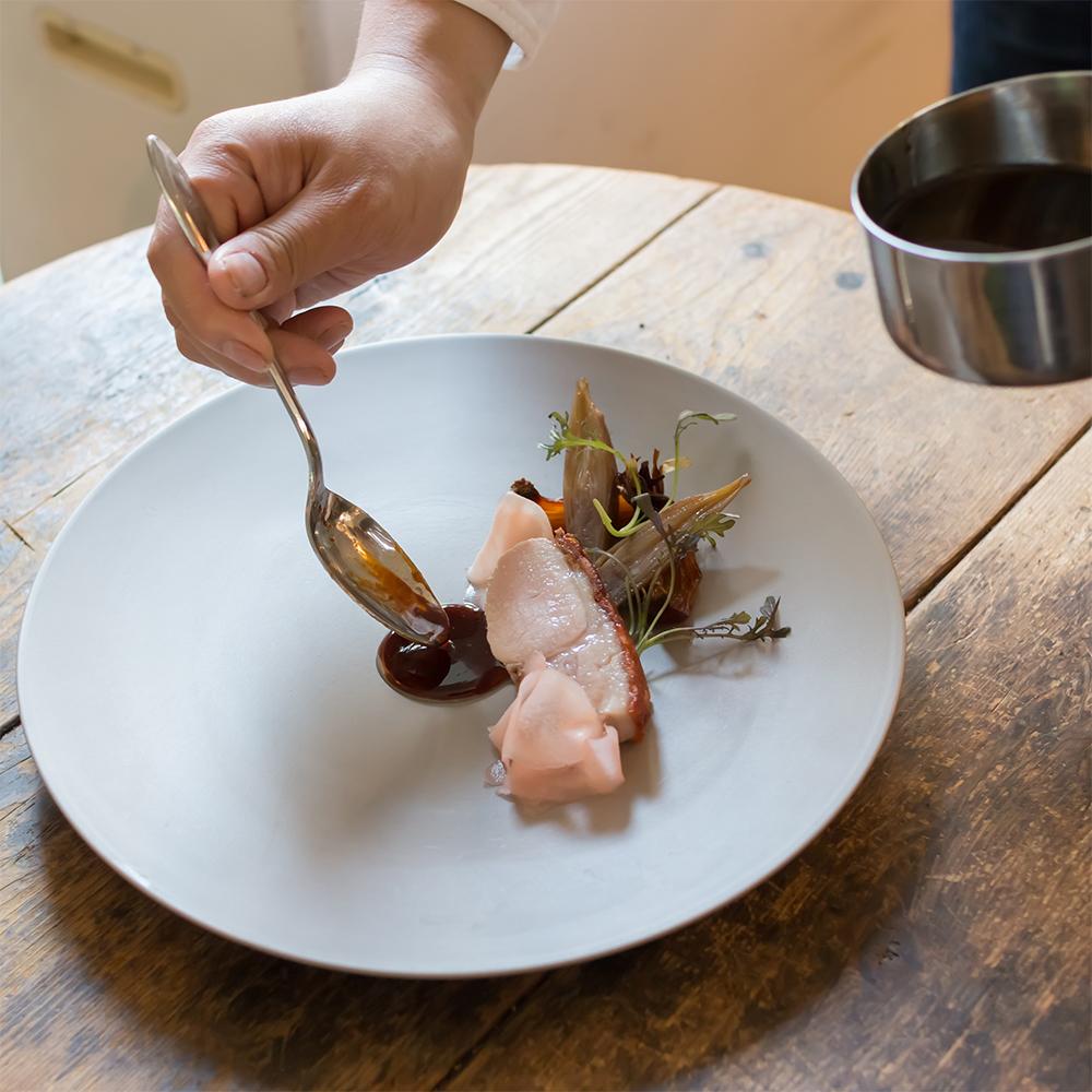 料理プロデュースは東京・中目黒の「CRAFTALE」オーナーシェフ、大土橋真也氏。フレンチスタイルの中に、生産者の思いがこもった素材を大切に活かす。