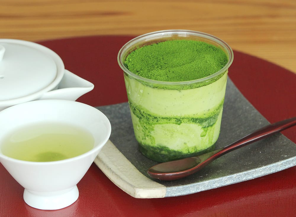 """""""日本茶の王様""""と称される宇治の玉露を2段のクリームにもたっぷり使用した玉露ティラミス。気品のある旨みが味わえる。"""