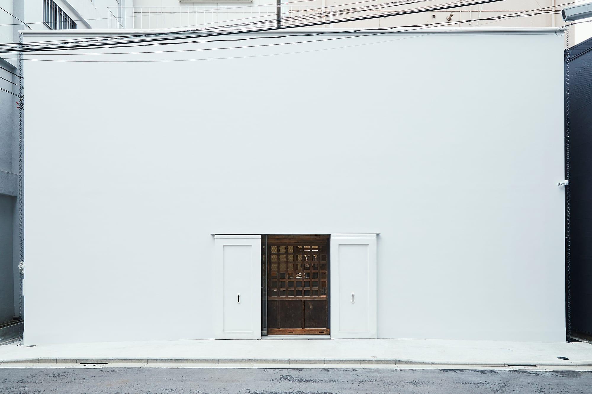 空間は、川越に残されていた築122年の日本の伝統的な蔵を移動し、鉄骨の新しい建築の中に組み直し収めた。
