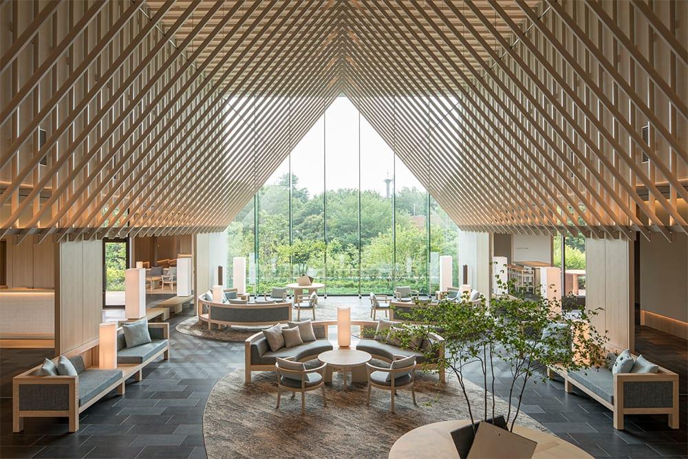 SORANO HOTELのロビーラウンジ。テントから昭和記念公園が見えるようなデザインになっている。