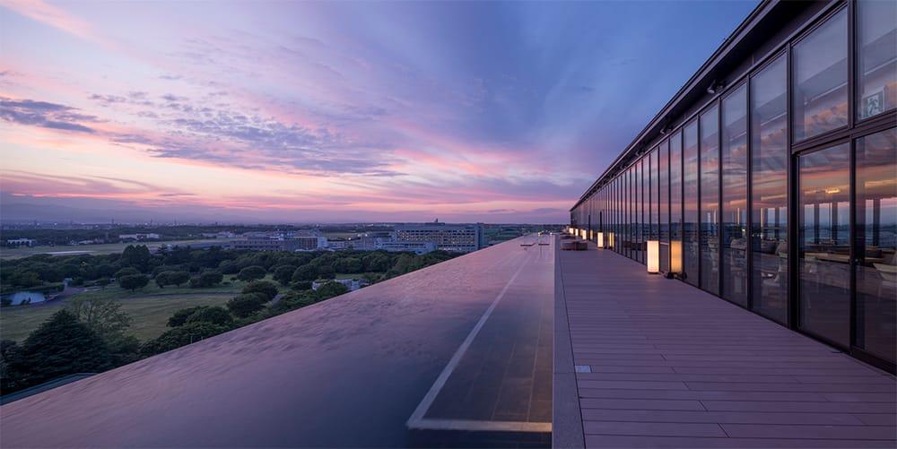 屋上のインフィニティプール。目に映るのは目の前に広がる空と緑だけ。