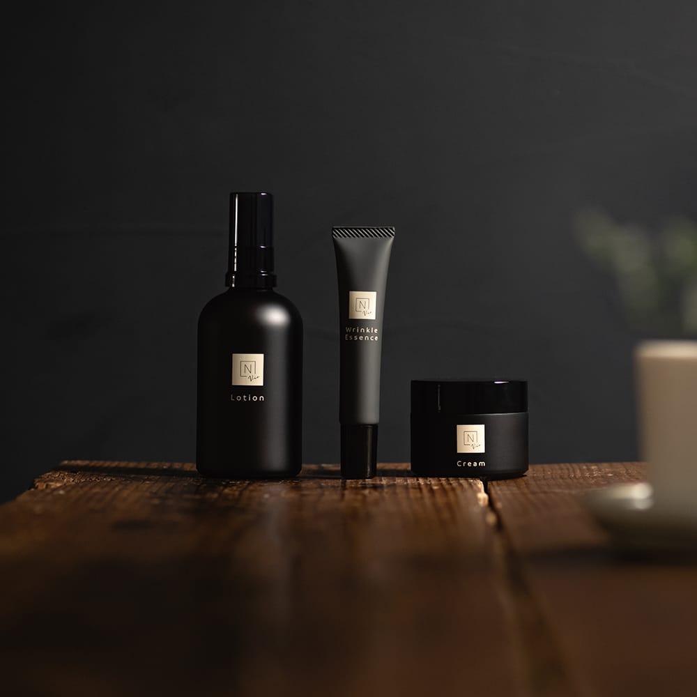 女性ホルモンなどの変化により、揺らぎやすい40代から50代の女性のために開発された 「N organic Vie」。リッチにうるおう化粧水と美容液、肌をしっかりと守りながらべたつかないクリームで、大人の肌をうるおし、守ってくれる。写真左から「N organic Vie モイストリッチ ローション」100ml 、「N organic Vie リンクルパック エッセンス」15g、「N organic Vie エンリッチリフト クリーム」47gの3点セット17,680円(税別)