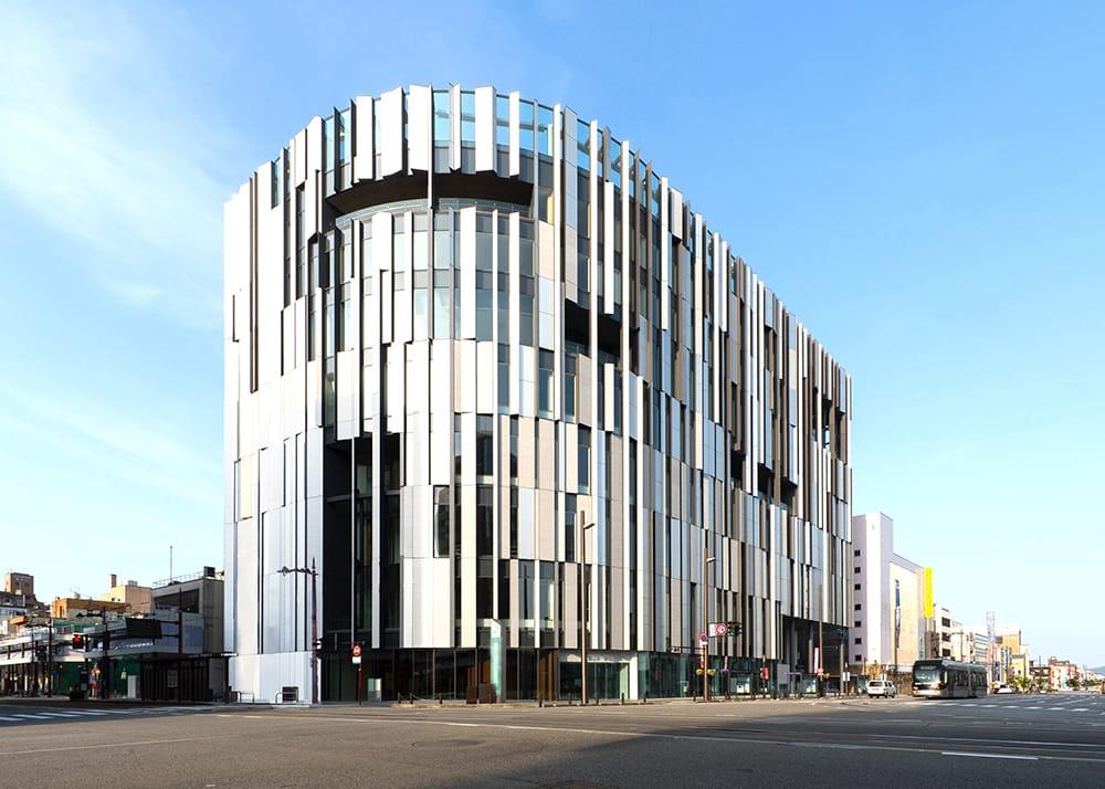 「富山市ガラス美術館」では、国内外の現代ガラスアートに親しむことができる。建築家の隈研吾が設計。Photography by Toyama Glass Art Museum