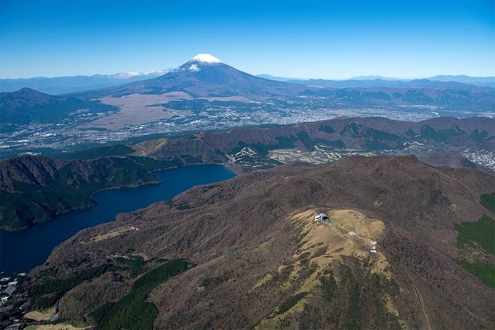 温泉地としても名高い箱根の全景はもとより、箱根火山のカルデラ湖である芦ノ湖や日本一の標高を誇る富士山(標高3,776m 日本百名山)といった雄大な眺望を堪能できる箱根駒ヶ岳(標高1,356m)。山頂までロープウェイで約7分。開けた山頂の展望は抜群で、現在も噴煙をあげ続ける大涌谷なども間近に迫る。DATA 箱根 駒ヶ岳ロープウェー(箱根園 神奈川県足柄下郡箱根町元箱根139/0460-83-1151) 箱根園駅~駒ヶ岳頂上駅 往復 大人1,600円