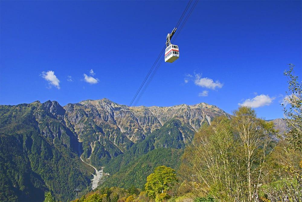 日本唯一の二階建てロープウェイで、新穂高温泉から標高2,156mの西穂高口へ。屋上展望台に立てば、アルピニスト憧憬の槍・穂高(標高3,180m・3,190m:奥穂高岳 日本百名山)をはじめ、北アルプスの壮麗な大パノラマに目を奪われる。ロープウェイ乗り換え地点には、散策路や天然温泉露天風呂神宝乃湯もある。DATA 新穂高ロープウェイ(岐阜県高山市奥飛騨温泉郷新穂高温泉/0578-89-2252) 新穂高温泉駅~西穂高口駅往復 大人3,000円
