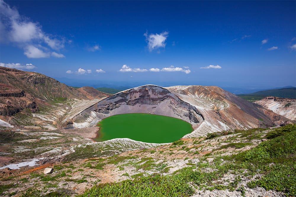 天候により色が微妙に変化するという蔵王山(ざおうさん/標高1,841m:熊野岳 日本百名山)の御釜。地蔵山麓駅からの所要時間は、遊歩・登山道を経て1~1.5時間ほど。また、山麓駅目の前に座す大きな蔵王地蔵尊にお参りし、その先の蔵王自然植物園(一周約30分)を巡るのもいい。下山後は、ぜひ良質な蔵王温泉へ。