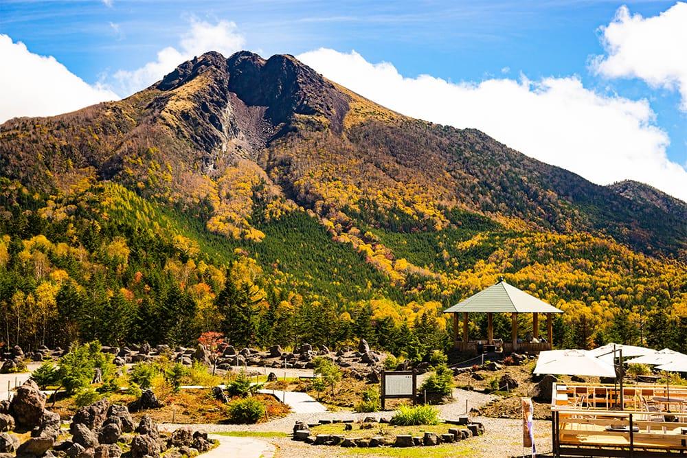 関東以北の最高峰、日光白根山(標高2,578m 日本百名山)。荒々しい山頂付近とは対照的に、ロックガーデン(写真)では、夏場になると高山植物の女王コマクサや準絶滅危惧種のシラネアオイなどが咲き誇る。天空テラスの足湯(無料)で疲れを癒し、天空カフェで舌鼓を打つ。天空尽くしの一日を満喫できる。