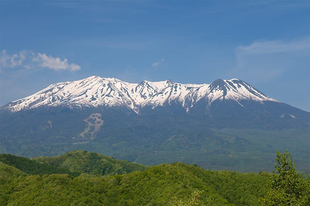古くから信仰の山として知られる霊峰、御嶽山(おんたけさん/標高3,067m 日本百名山)。一方、花々が山麓を飾る色鮮やかなエリアも。ロープウェイ鹿ノ瀬(かのせ)駅前にはベゴニアなどのお花畑、山頂駅飯森高原には高山植物園がある。御嶽山を見上げる展望台では、北・中央アルプスの大パノラマも堪能できる。