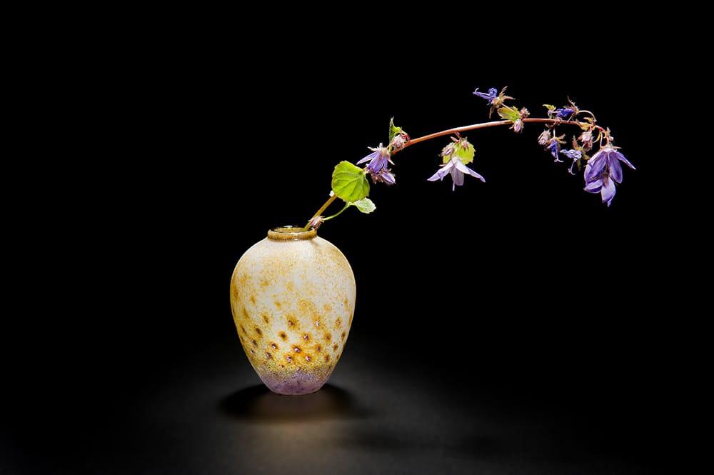橋村野美知の「一輪挿し」。「野美知の一輪挿しに小さな野花を生けるだけで、部屋に禅の空間ができる」とダシャ。Photography by Japanese Glass