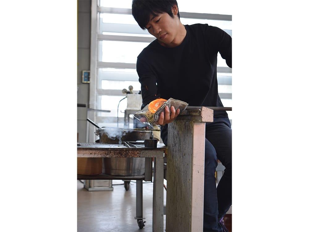 広島出身の光井威善は、「富山ガラス工房」勤務を経て独立。富山に暮らしながら制作を続けている。Photography by Japanese Glass
