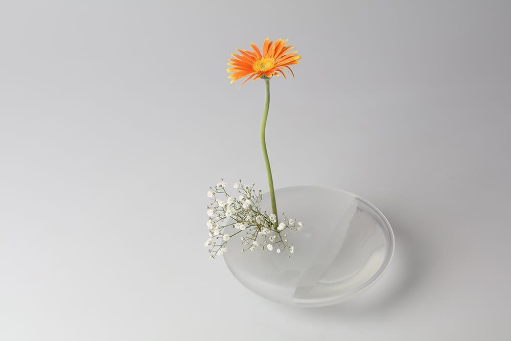 北村三彩の花器「波音 –透–」。花咲く野辺で耳をすませば水のせせらぎが聞こえてくる-そんな光景を思い浮かべて作られた作品。Photography by Miya Kitamura