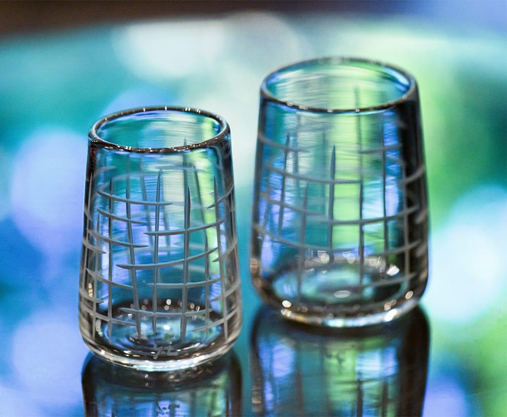 貴島雄太朗のグラス「削紋SAKUMON」。「ガラスは光によって印象が変わり魔法のよう」とダシャは語る。Photography by Yasushi Takehana