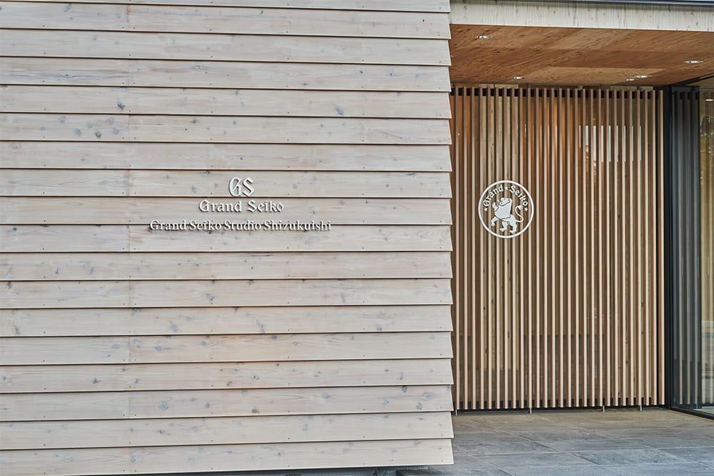 建築家・隈研吾が設計を手がけた新スタジオは、木材の温もりを生かした建築になっている。