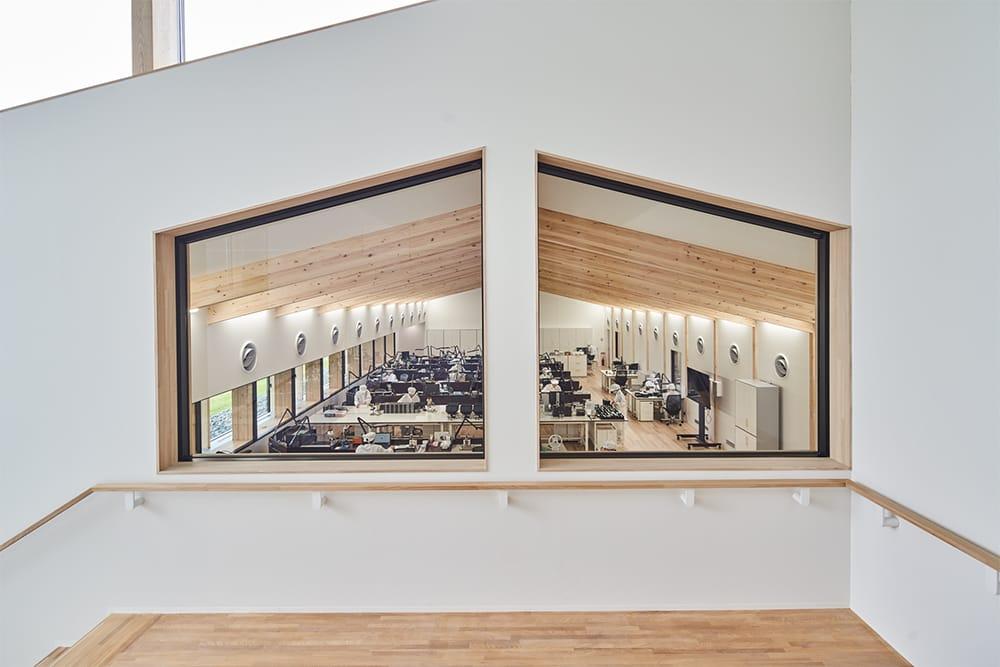 ラウンジのある2階へ続く階段の踊り場から、工房のクリーンルームの全景が見渡せる。