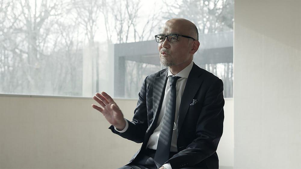盛岡セイコー工業の加藤幸則副社長。このスタジオで働く各人が仕事への意義や自信を持つことがグランドセイコーを成長させると語る。