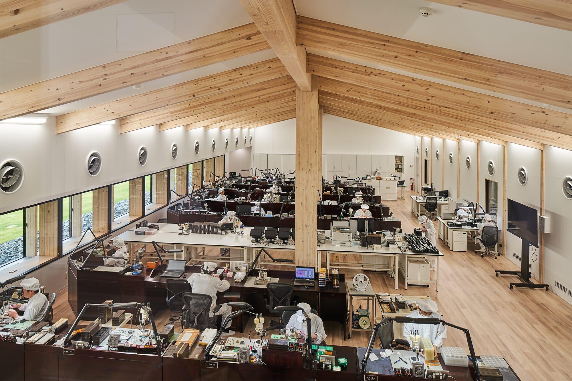 「グランドセイコースタジオ 雫石」のクリーンルーム。防塵や空気清浄の確保など高い機能レベルが求められるクリーンルームにおいて、木造建築のものはあまり例がないが、照明の方法や床からの空調なども含めて現代の最高技術を駆使して実現した。
