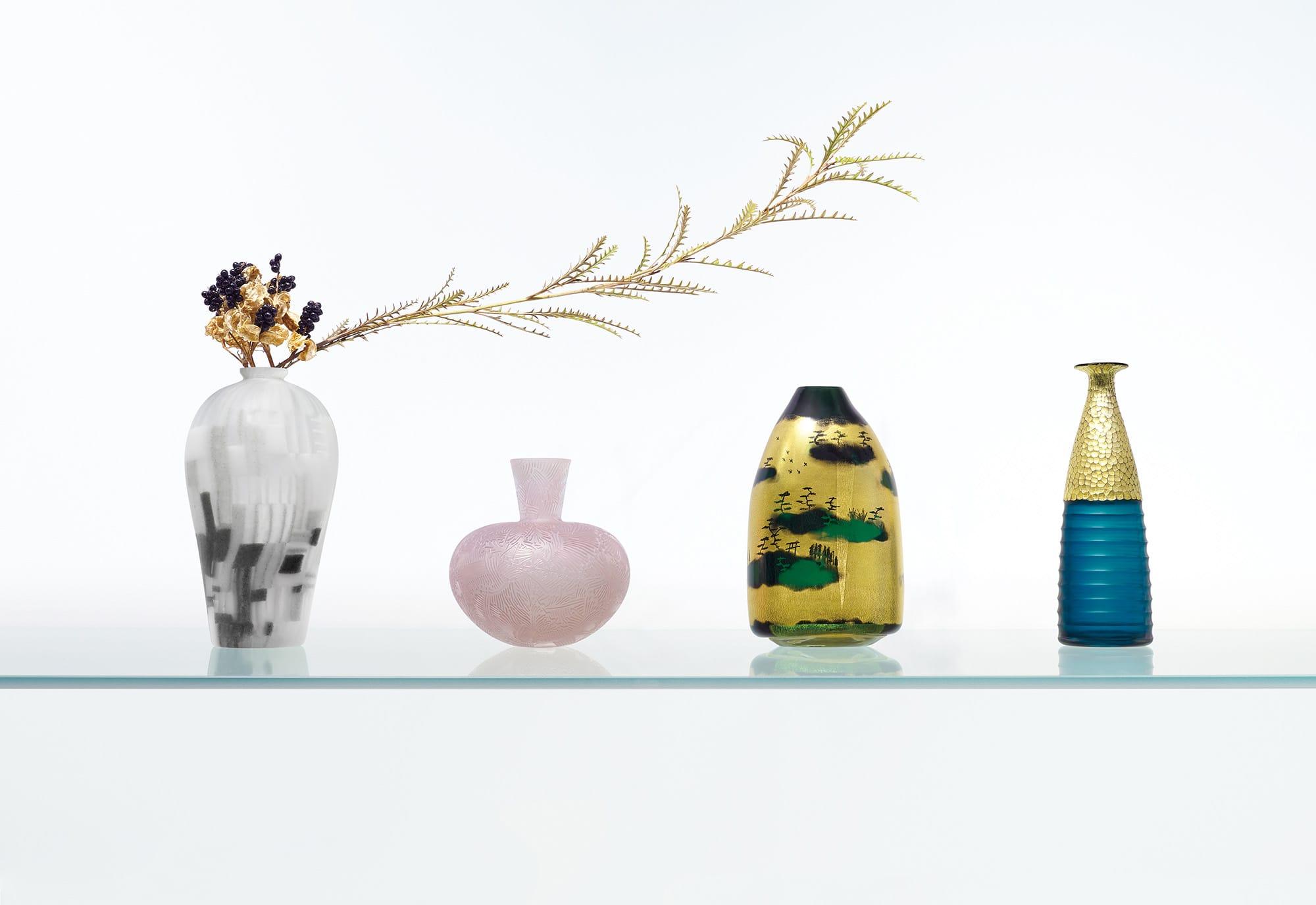 富山ガラス工房の若手作家たちが日本の美術作品にインスピレーションを得て日本の「美学」を花器に表現。左から金東希「松林」、三野直子「梅花皓月」、ワタナベサラ「洛中洛外」、小寺暁洋「燕子花」 Photography by Fumihiko Oki